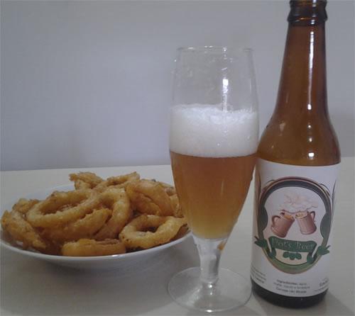 Anel de cebola feito e acompanhada da Fiot's Beer, uma cerveja lager da Condado.